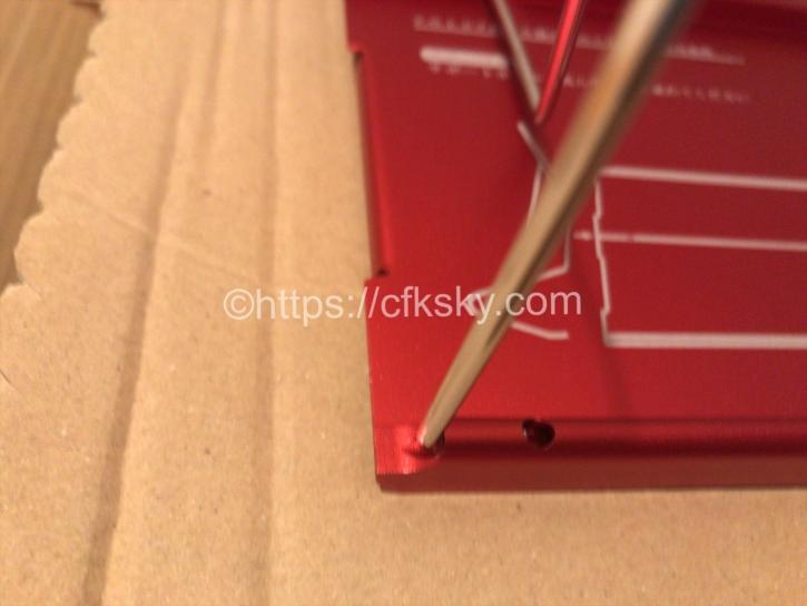 アルミテーブルの組み立てのテーブル脚を入れる