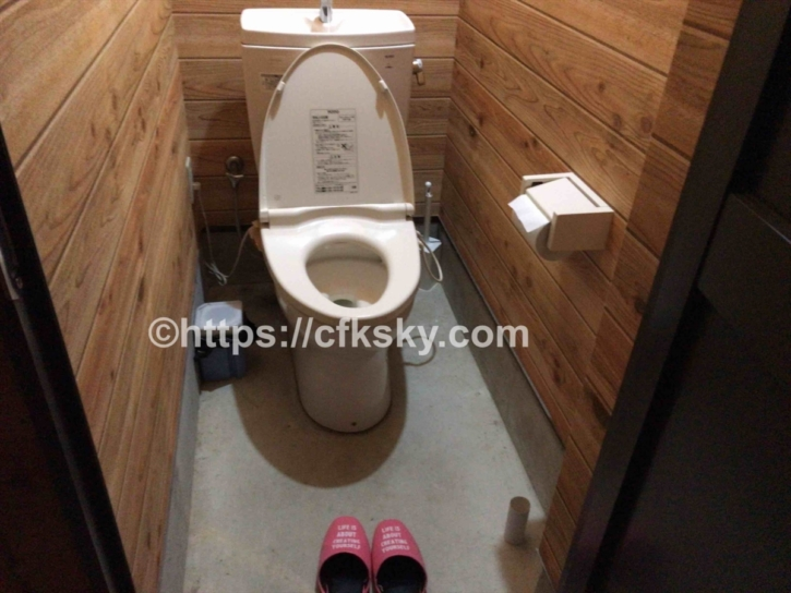 オートキャンプすずらんの土足禁止のトイレ個室