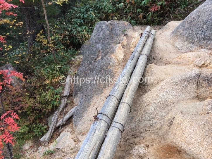 燕岳の合戦小屋までの登山道と紅葉