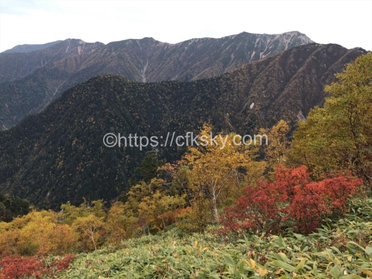 紅葉をみながら1.3キロ先の燕山荘を目指す