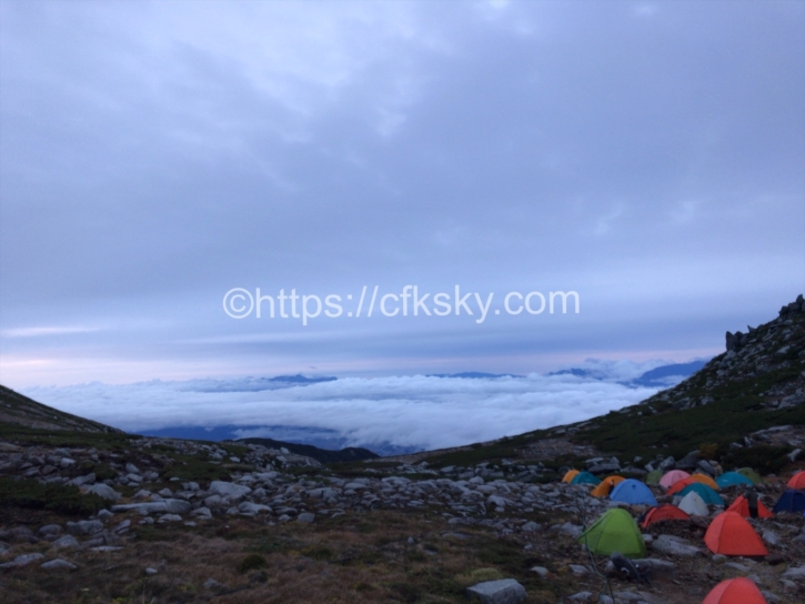 早朝のテント場