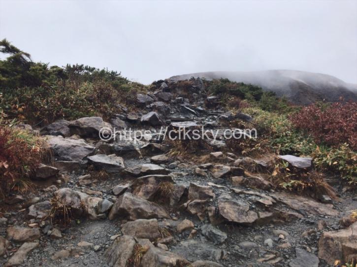 八方池山荘を直進した悪路の登山道