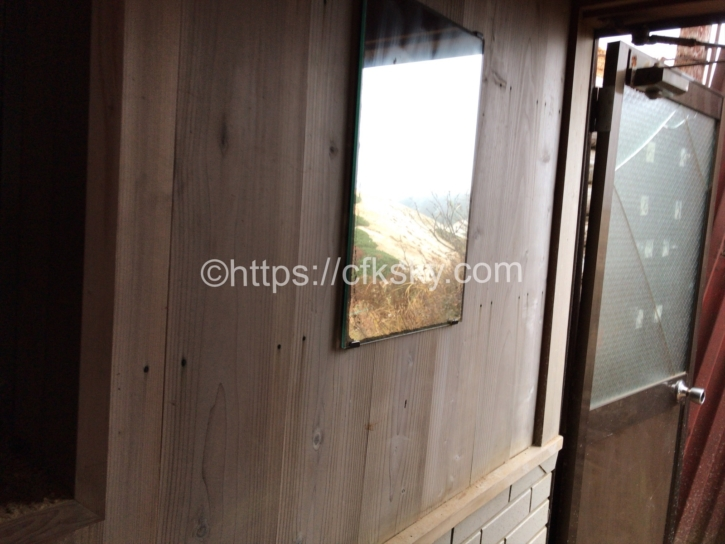 燕岳のテント場にあるトイレの鏡