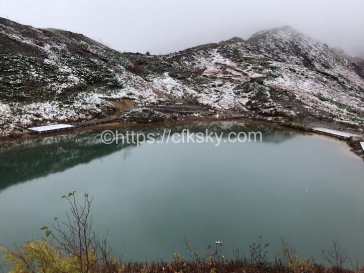 雪が降るなか八方池に到着した