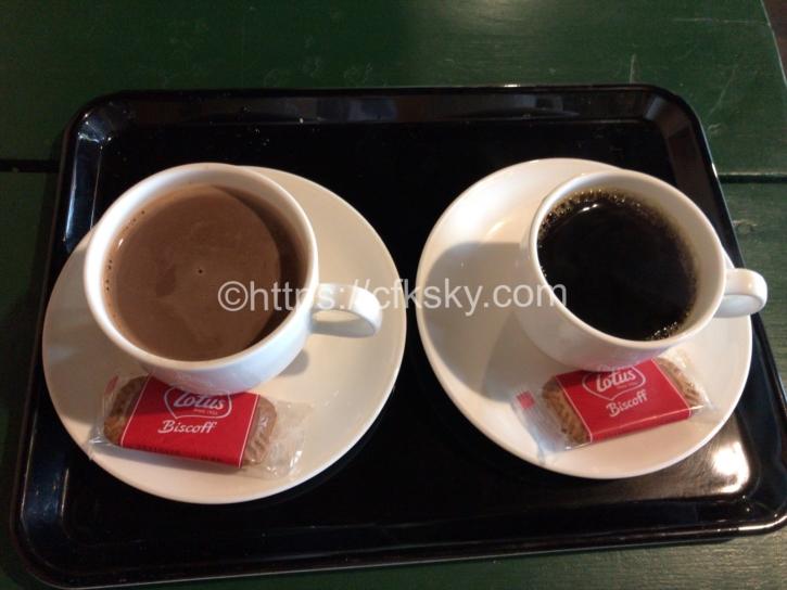 合戦小屋で注文したミルクココアとコーヒー
