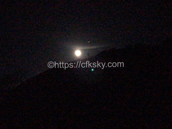 燕山荘のテント泊キャンプでみた月