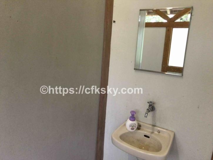 トイレの手洗い場には鏡がある