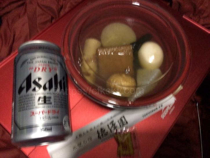 徳澤園のおでんと自動販売機で購入したビール