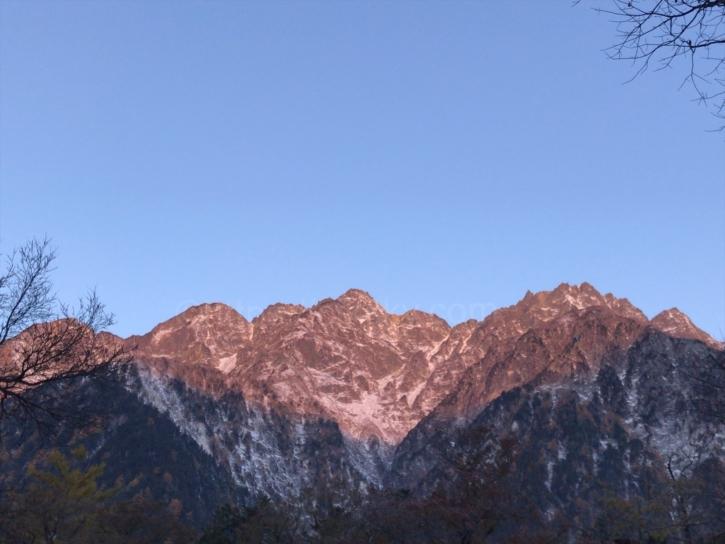 明神岳と前穂高岳のモルゲンロート