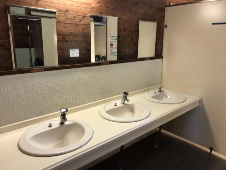 徳澤キャンプ場前にある公衆トイレの個室と手洗い場