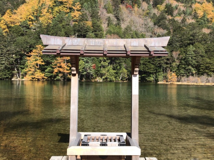 明神一之池の澄んだ水