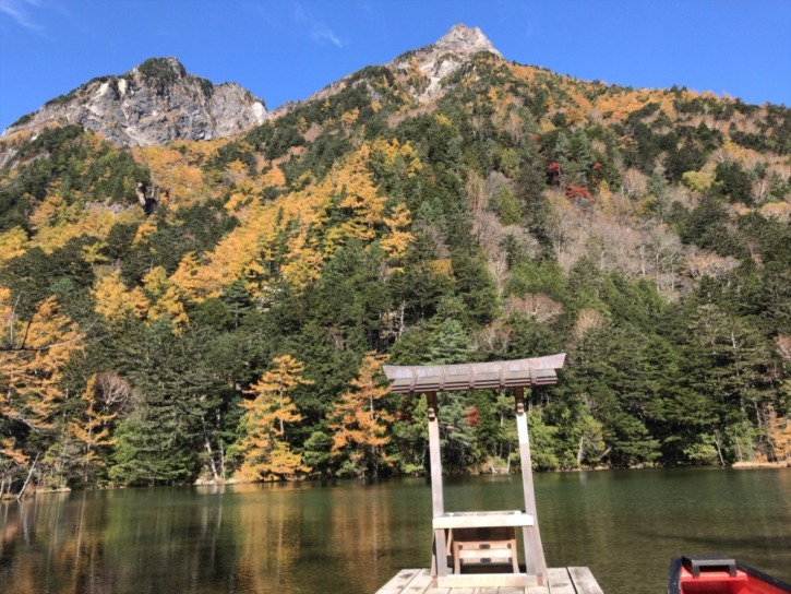 明神一之池からみえる明神岳