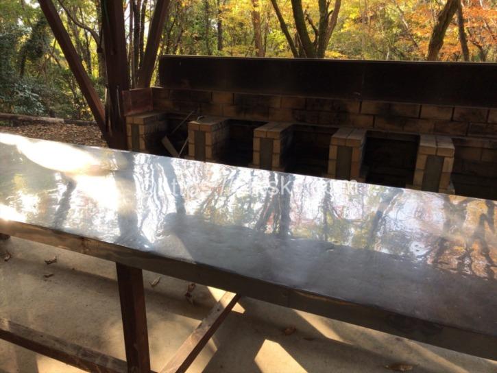 筑波ふれあいの里キャンプ炊事場作業台と炉