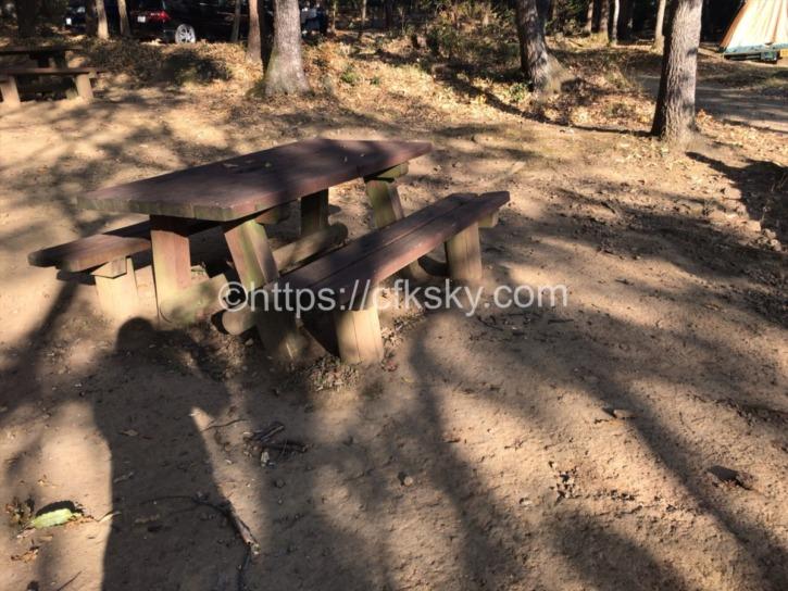 筑波ふれあいの里キャンプ場のサイトに設置してある椅子とテーブル