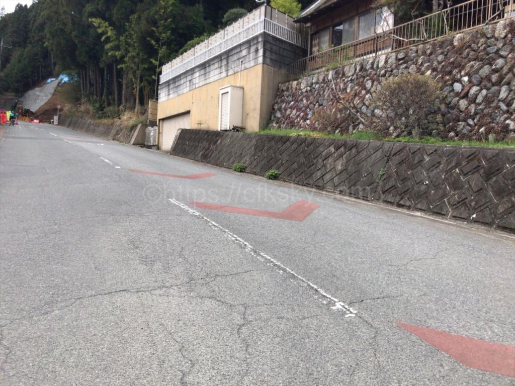 車道の坂道をあるいて登山口へ向かう